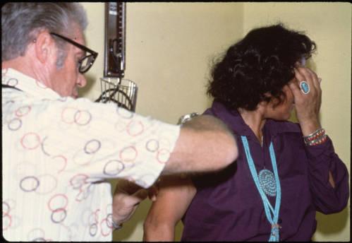 Piqure d'insuline dans le cadre d'un programme de prévention et de lutte contre le diabète réalisé par Veronica Evaneshko dans les années 1980