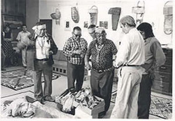 Hataali récupérant les objets rituels exposés et entreposés au Wheelwright Museum.