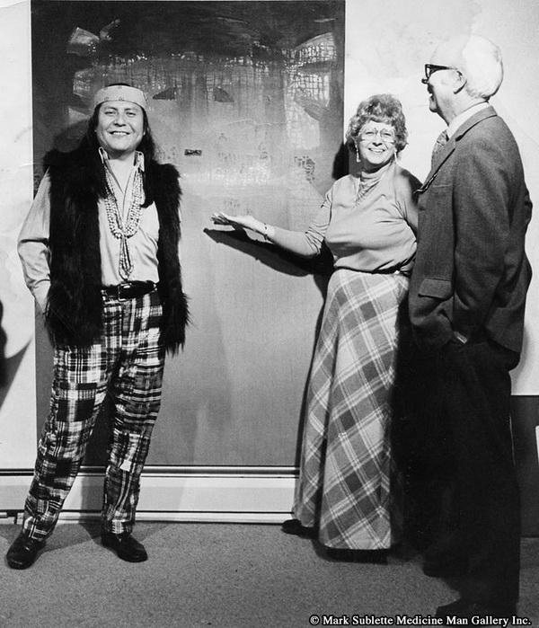 R.C. Gorman, en compagnie de deux acheteurs bilagaana.