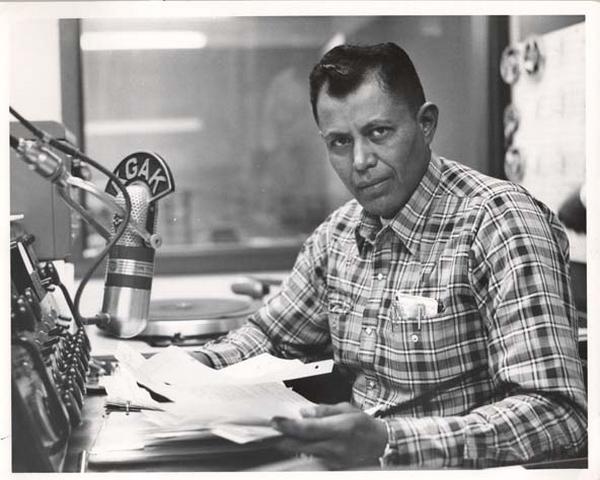 Raymond Nakai, journaliste radio et futur président de la Nation Navajo.