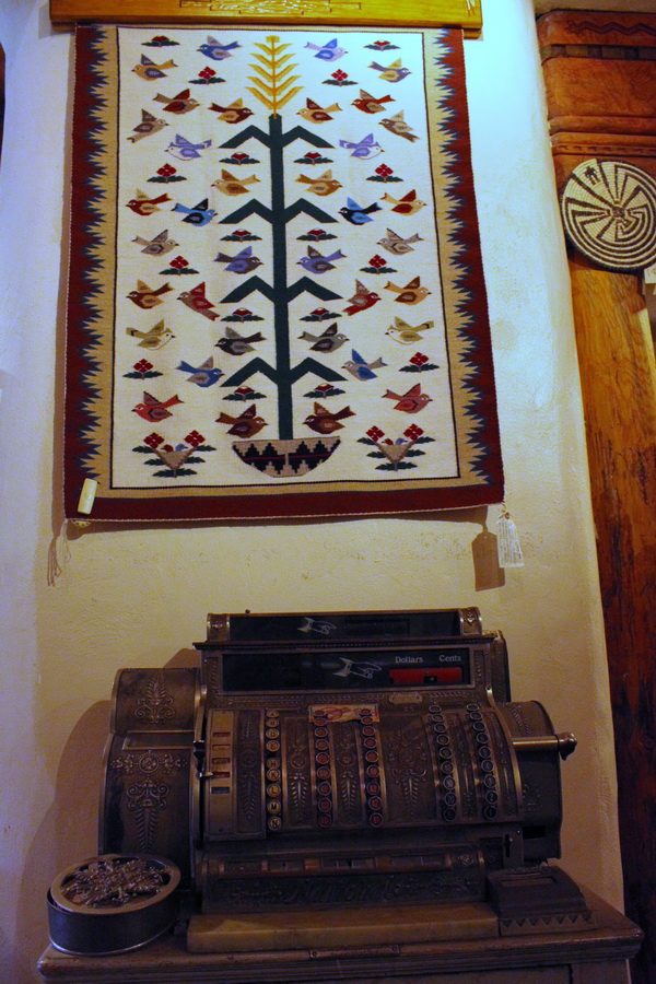 Tapisserie motif Tree of Life, en vente à la Cameron Trading Post, Cameron, été 2011. © Nausica Zaballos.