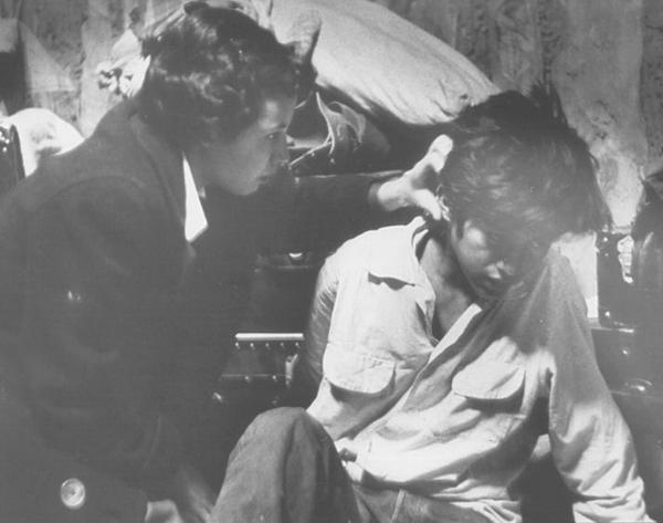 Une infirmière du Public Health Service examine l'oreille d'un patient dans les années 1950.Images from the History of Medicine (IHM), National Library of Medicine.
