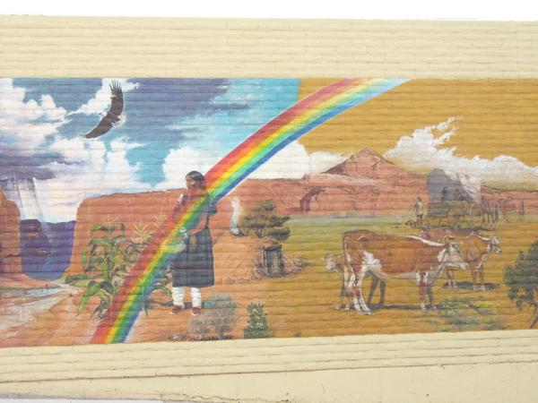 Mural photographié à Gallup (Nouveau-Mexique) en 2005: éléments de la spiritualité navajo y sont présents (l'arc en ciel, la pluie, l'aigle, le hogan, les plants de maïs...). © Nausica Zaballos