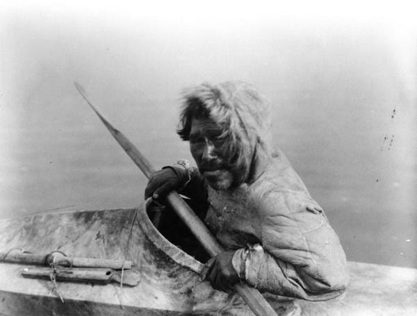 Inuit photographié vers 1929 lors de l'expédition Harriman.