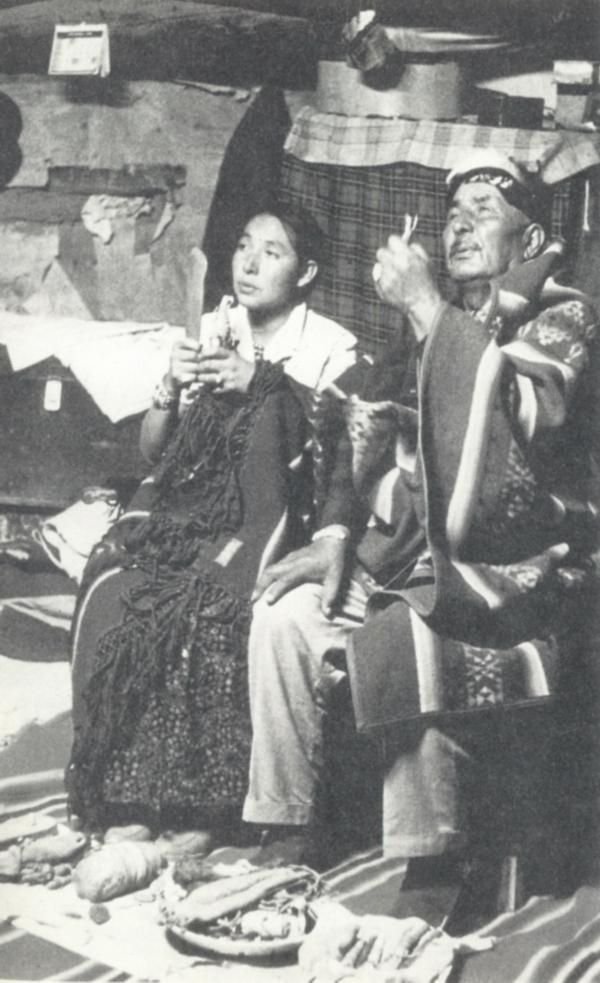 Le hataali Frank Mitchell auquel Charlotte Frisbie a consacré une biographie.