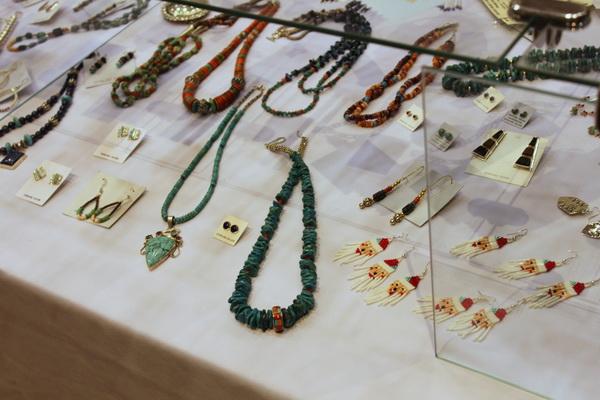 Bijoux en turquoise et corail d'inspiration moderne, boucles d'oreille perles Père Noel !© Nausica Zaballos.