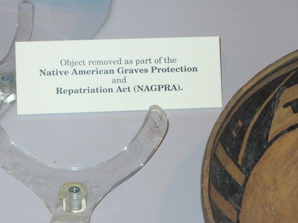 Objets ayant été retirés des vitrines d'exposition du Zimmerman Center, Albuquerque pour être rendus aux tribus.