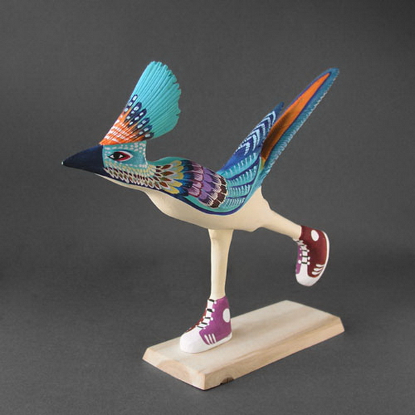 Blue Roadrunner with Sneakers, sculpture de l'artiste navajo Matt Yellowman. Le Blue Roadrunner est le symbole du Nouveau-Mexique.