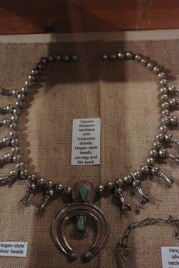 Collier squash-blossom, exposé à Kayenta, au Shadehouse Museum, créé par Richard Mike, patron du King Burger attenant et dont le père King Paul Mike était un Code Talker. © Nausica Zaballos.