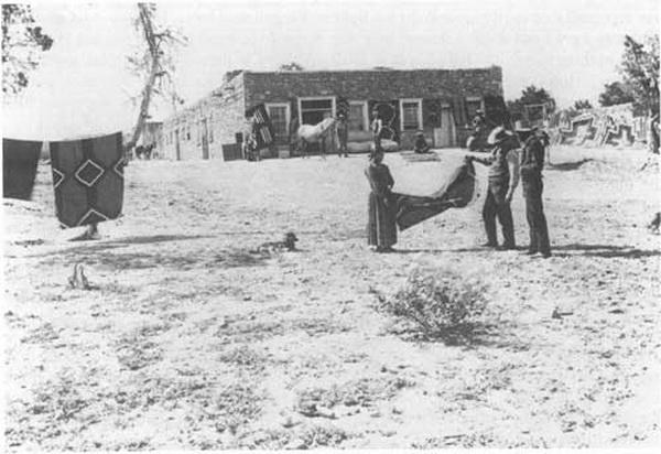 John Lorenzo Hubbell et une tisserande navajo, photographie prise par Ben Wittick aux alentours des années 1890. Courtesy National Park Service  http://www.nps.gov/archive/hutr/adhi/adhi0c.htm